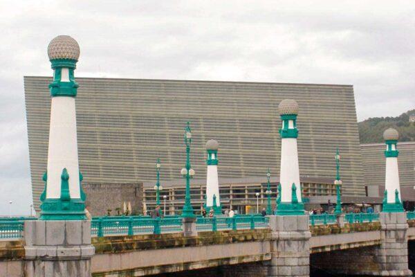 Puente sobre el urumea y palacio de congresos Pensión Kaixo Hostel Donosti San Sebastian